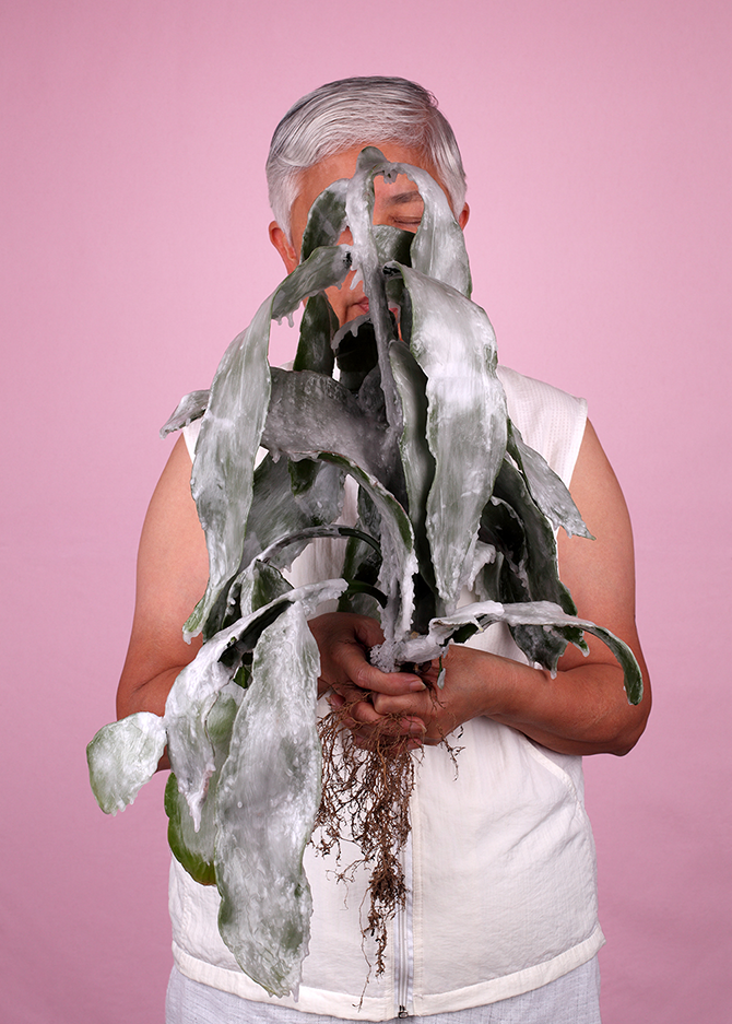 Owen LEONG, Cutting (mother) 2014, pigment ink-jet print on cotton paper, 100.0 x 75.0 cm, courtesy of the artist.