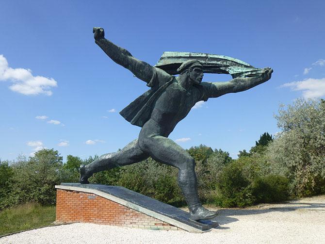 István Kiss (Hungarian, 1927-97), Republic of Councils Monument (Tanácsköztársasági emlékmű) (1969), cast in bronze, 9.5 metres (height). Originally located at 14th District, Dózsa György Street, Felvonulási Square. Photo: Inga Walton.